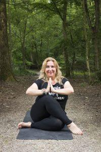 Manon in yoga houding